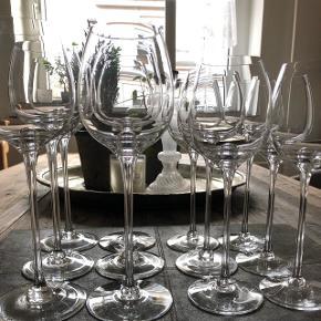 6 stk. rødvinsglas og 6 stk. hvidvinsglas brugt få gange. Aldrig vasket op i opvaskemaskine. Nypris 2800 kr., sælges for kun 800 kr. (Sendes ikke)