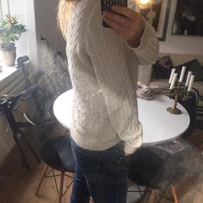 """Skøn Ralph Lauren sweater / trøje:-) svarer til medium! V-hals! LILLE """" plet """" på! Har en brækket arm så kan ikke vaske 🙄😉men det kan gå af!nypris 1400! Jeg er ryger BUM SLUT! bud Ok:-)  Sender IKKE -Bytter IKKE ! Kan ses prøves og afhentes i Højbjerg / Århus"""