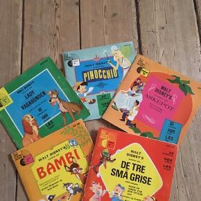 Gamle sjældne små plader til børn!! Der ER skrattelyde på dem, den kan ikke ungås når de er så gamle. For mig personligt er det en del af charmen, de gamle stemmer, sang og lidt skratten.. lidt ligesom at se en gammel film