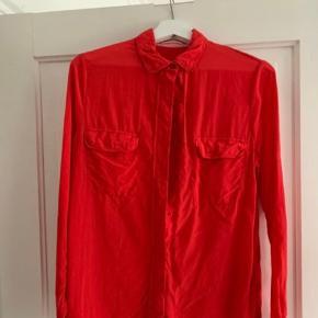 Orange/rød skjorte med to lommer på brystet.  Str. 36/S Næsten ikke brugt