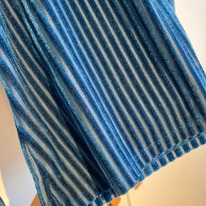 Fin bluse med striber af velour fra H&M. Brugt sidst for 1,5 år tilbage, i rigtig god stand.