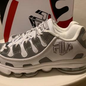 Reserveret til 1/10 Hvide Fila sneaks med grå effekter i str. 37,5. Model: Silva Trainer Hæl ca 3 cm og sål foran ca 2 cm. Pris r fast! (Hvis MobilePay 390 inkl med DAO)