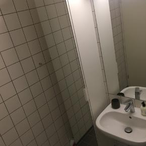 Sælger dette fine badeværelsesskab med spejl.  Skabet er et år gammelt og sælges grundet flytning.  Skabet er ud fra fabrikantens oplysninger designet til at kunne modstå fugt på badeværelset.  Midterste hylde og derunder er hvide.  Øverste to hylder er i glas  Er næsten som ny.  Mål: - Højde: 192 - Bredde: 40  - Dybde: 32   Kan afhentes i Århus C