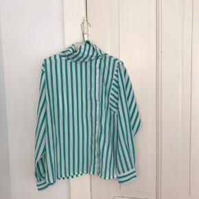 retro skjorte med knapper lidt til siden og en anderledes krave, der enten kan hænge løs eller knappes op