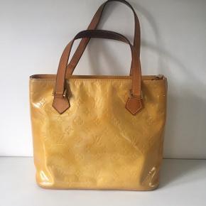 Louis Vuitton Yellow Piano i en flot skinnende farve.   Tasken har det slitage der er vist, inden i er standen som ny.  Billede 1: foran Billede 2, 3: er bag på  Mål: 30 x 25 x 14,5   Der følger ikke kvittering eller andet til den, men serienummeret viser tasken er ægte.   #lv #ysl #gucci