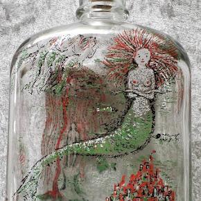 Varetype: Holmegaard Den lille havfrue Størrelse: Alm Farve: Se foto  Holmegaard flaske Den lille havfrue  Sendes med DAO uden omdeling  Er til salg flere steder  Prisen er fast så bud frabedes.
