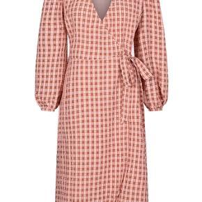 Populær pimkie moves kjole   Aldrig brugt, lige købt og stadig med mærke på   Vil prøve at sælge den før evt. returnering :)   BYD