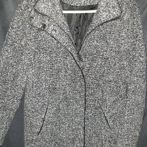 Flot lækker jakke/ frakke i grå farve nuancer fra VRS. Der står small i jakken, men den svarer til en medium. Brugt kort tid og i rigtig god stand. Lukkes med lynlås og knapper.   Yderstof: 30% uld og 70% polyester.  Inderfoer: 100% polyester.   Nyprisen var 500 kr.  Kan afhentes på Vesterbro i København eller sendes.
