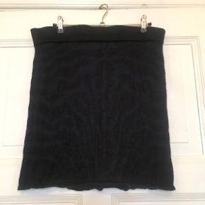 Fin Sibirien nederdel fra Aiayu i 70% cashllama og 30% silke. Brugt, men uden huller, pletter, fnuller eller lign. Mørkeblå og sort i farven. Har en lille reparation efter et hul/trådudtræk (se foto). Taljemål: 40 cm på tværs+elastik stretch, dvs 80 i omkreds+elastik stretch. Længde: 43 cm. Søgeord: mini strik nederdel miniskirt Black navy sort mørkeblå mønster mønstret knit strikket body on Tiger