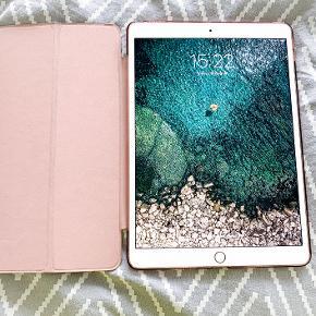 Apple iPad Pro 10.5 GB: 64GB Farve: Rosegold Stand: Virker perfekt  Sælges med et flipcover i pink hvor der er magnet skærmlås på.   Np: Apple Pencil 769 kr iPad 4999kr  Sælger til 3500kr  Skal kunne afhentes i Hjørring, ellers kan jeg mødes på bestemte dage i Aalborg/Nørresundby