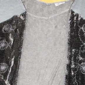 """Superflot bluse i renaissance-stil med mange smukke detaljer. Paneler i velour, flæser ved ærmerne m.m. 100% viscose.  Bryst: ca. 2 x 60 cm, længde 65-70 cm (flere længder)  Flot stand.  JEG BETALER FORSENDELSEN!  FLOT """"renaissance-bluse"""" Farve: grågrøn"""