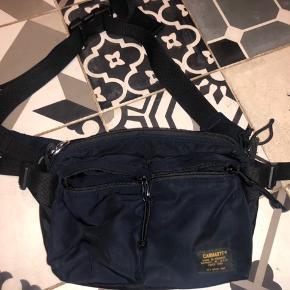 Super fed mavebæltetaske! Den er brugt nogle gange og sælges derfor billigt. Den er lidt beskidt, men dette er minimale pletter så ses ikke tydeligt.