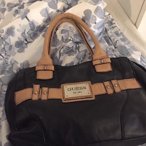 Sælger denne taske, som jeg ikke for brugt længere, den er slidt men har et super fedt rustikt look.