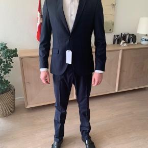 Nyt og ubrugt jakkesæt fra Selected. Består af bukser og blazer i str. 48.   Sættet er i en flot navy blå farve.