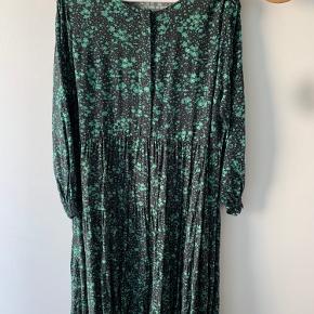 Smuk lang kjole fra Zara med blomsterprint. Næsten som ny. Brugt 3-4 gange.   Ønskes billeder, hvor den er prøvet på, så send en besked :)