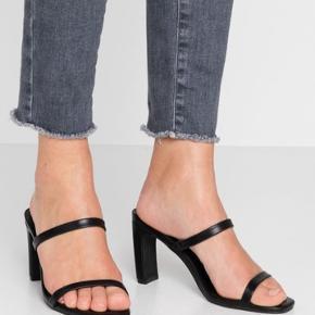 Sorte højhælede sandaler
