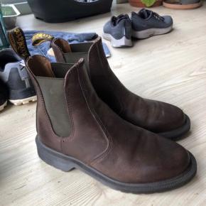 Lækre støvler fra Dr. Martens i modellen Laura Chelsea boot. De er kun brugt meget få gange, og sælges fordi de ikke passer til min fod. :-) online kvittering haves!