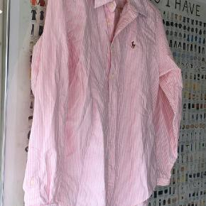Varetype: skjorte Størrelse: 14 Farve: Lyserød hvid Prisen angivet er inklusiv forsendelse.  Kun vasket.    Classic fit.