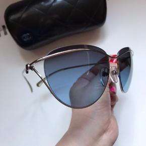 Flotte Chanel solbriller med blå glas. Etui følger med.