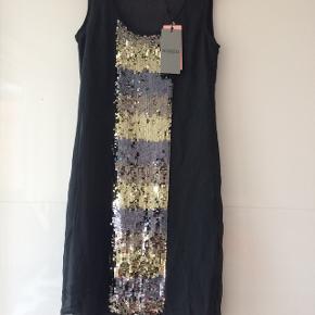 Flot kjole i to lag / længde 90 cm / bryst 2 x 44 cm / palietter
