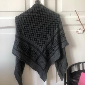 Tørklædet er et år gammelt.  Aldrig vasket. Størrelse: Medium Ingen skader.  Er villig til at bytte med et hvidt Lala Berlin tørklæde i samme størrelse, ellers bytter jeg IKKE:)