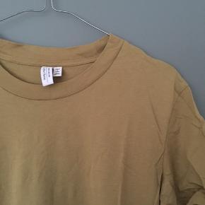 Flot olivengrøn T-shirt fra & Other Stories i str. 38. Det er deres klassiske T-shirt fra Paris atelier. Kun været brugt få gange og fremstår nærmest ny!