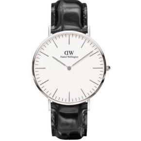 Daniel Wellington   Helt nyt ur - ligger i uåbnet gaveæske  Herreur / dameur / unisex  40 mm urskive sølv med sort rem i præget læder