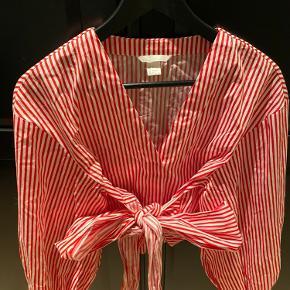 Sælger denne fine slå om bluse fra HM. Kan afhentespå Nørrebro eller sendes ved aftale  Byd gerne
