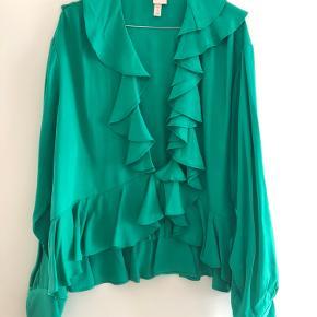 Det er oprindelig en kjole fra H&M, men har klippet bunden af, da overdelen er ret flot. Aldrig brugt😊