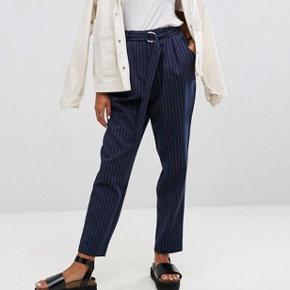 Højtaljede mørkeblå bukser med hvide striber! God stand!  XS/S: måler ca. 67 i taljen :)
