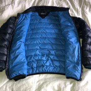 Flot dunjakke, overgangsjakke. Mørkeblå med mellemblåt for. Alderssvarrende i str. Fejler intet.  Bytter ikke...  Mindstepris kr 450 pp