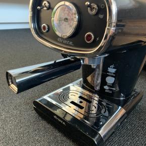 BYD GERNE Meget god espresso maskine og alm kaffemaskine, den kan lave begge dele.  Har også en mælkeskummer, som virker.  Jeg har købt den af en anden herinde, men har fået ny i gennem mit arbejde - så jeg sælger den så en anden kan få glæde af den.  Den er meget retro og flot at have stående fremme:)