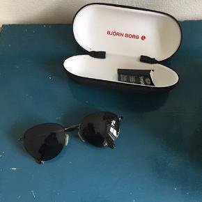 Fede solbriller fra Bjørn Borg. Der er et par små ridser i, men ikke nogen der gør noget, når man har brillen på. Prisen er sat derefter 😎