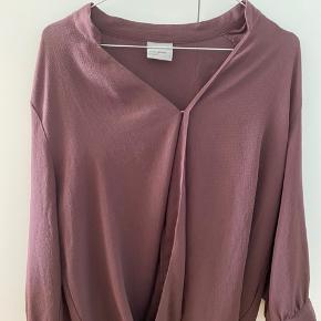 Smuk og enkel rustgaranti bluse fra H&M. Der er tilføjet en enkelt syning i halsudskæringen, som nemt kan tages op, hvis man ønsker den mere åben.