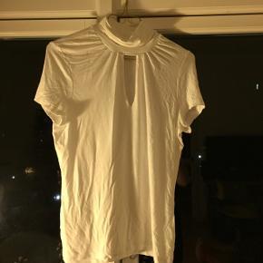 Hvid t-shirt i det BLØDESTE stof. Har både hals og et lille sofistikeret hul ved brystkassen! Rigtig fin med en bralette. (Obs: den er ikke så gul som på billede 2)  Kan afhentes i Århus!