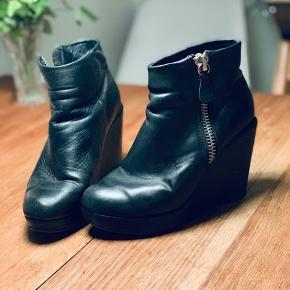 Fede sorte læder støvletter med kilehæl og lynlås i siden. Trænger snart til en ny hæl :)