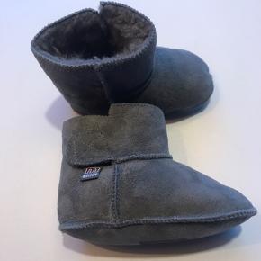 Lækre støvler/futter i koksgrå rulamspels Med god velcrolukning  str 20 aldrig brugt