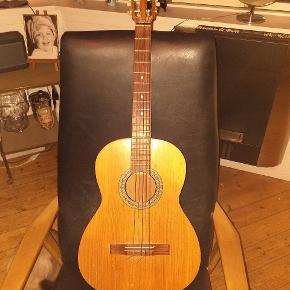 Fin ældre western guitar sælges..   Fremstår i fin stand for alderen..   Mærke : Höfner   Skal have nye strenge (sælges derfor billigt!)    SE OGSÅ MINE ANDRE ANNONCER.. :D