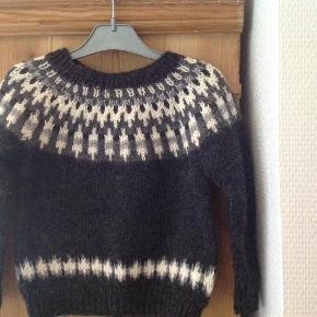 Håndstrikket islandsk sweater fås i ønsket farve og størrelse. Pris fra 400. Strikker i superblødt karismauld fra Drops.  Børnetøj Farve: Grå