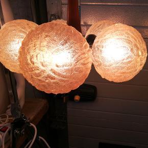Super flot gammelt loftlampe fra 1950/60er.. Diameter Ca. 35 cm. Højde Ca. 30 cm. Materiale crom træ og glas. Kan afhentes i Århus N. /Trøjborg