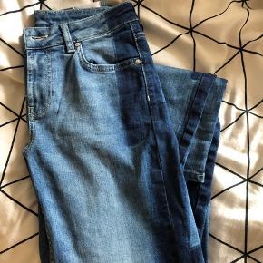 Zoe Karssen Piper Cigarette Leg Lightening jeans sælges, da de desværre er for korte til mig. Jeg er 175 cm høj ca.  Mærke: Zoe Karssen Type: Jeans / bukser Farve: Blå / mørkeblå Str.: 25  Np: 1400, købt på udsalg til lidt over 900 kr. hos boozt ☀️ Nu er de udsolgt alle steder!!
