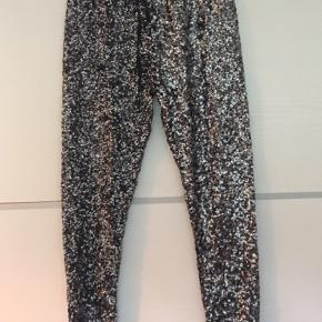 Super fede paliet bukser fra Moss Copenhagen. Bukserne føles mere som joggingbukser end jeans at have på.  Palietterne er sølv/sølv melerede.