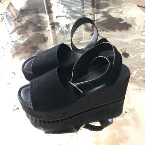 Super fine sorte sandaler i str. 37 🌸 købt på asos i sin tid. Brugt 2 gange og i rigtig fin stand. Pris er ekskl. fragt