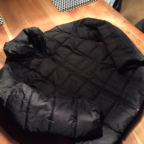 Lækker vinterjakke str. XL (svarer til L). BrugT få gange fremstår som ny. Lommer med lynlås, dun og hoftelængde. Et virkelig godt køb!! Sender gerne med DAO.