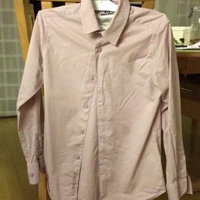Fin støvet rosa skjorte fra Costbart.Brugt 2 gange  Har JAKKESÆT i mørkeblå der passer en 10-11-12 årig.