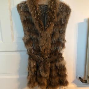 Varetype: PelsFarve: Brun Oprindelig købspris: 2500 kr.  Den smukkeste pels i en blanding af lapin og marmotte. Super smuk med bindebælte og lommer.  Den er som ny, brugt en gang.  Byd på den smukke varme pels Køber betaler fragt og ts gebyr 😊