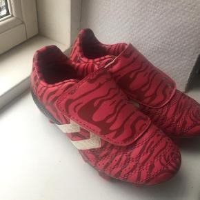 Varetype: Fodboldstøvler Størrelse: 27 Farve: Pink  Brugt få gange fejler intet.