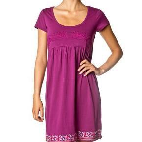 Varetype: kjole fra Odd Molly Farve: Lilla Prisen angivet er inklusiv forsendelse.  Fin Odd molly kjole str. 1/36 100 % bomuld i en skøn lilla farve med en flot broderie på ryggen brugt, men stadig god MP 200 kr. pp