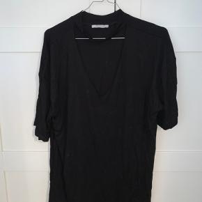 Trøje fra Zara, med et stykker der ligesom går over halsen.   Tager ikke billeder med tøjet på. Sender ikke flere billeder. Prisen er fast og eksklusiv fragt.