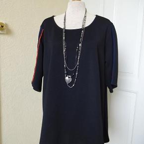 Bluse sælges, den har kort ærme med blåt og rødt på. der står M i den. Brystmål: 63x2 Hofter: 66x2 Længde: fortil 70 bagpå 75 Materiale: 100 % polyester- Sælges for 90 kr + porto Se også mine andre annoncer i BIB.